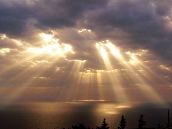 阳光穿乌云.jpg